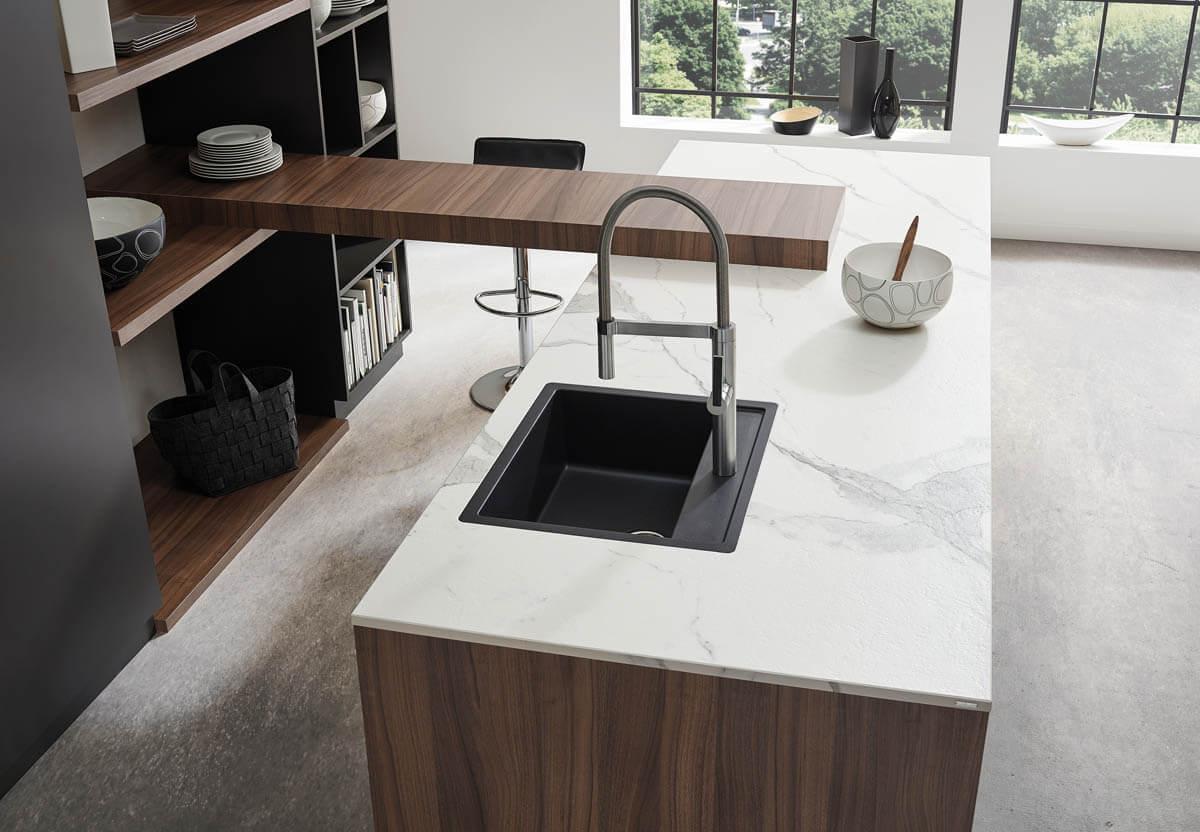 Weiße Keramik Arbeitsplatte mit Marmor-Effekt (Bianco marmo) und schwarzer Küchenspüle. Foto: © Lechner
