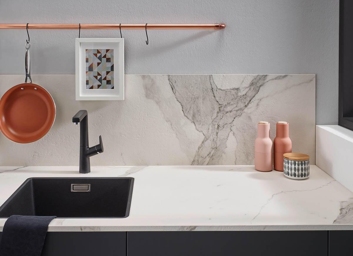 Arbeitsplatte in weiß (Keramik Bianco Marmo) mit passender Rückwand. Foto: © Lechner