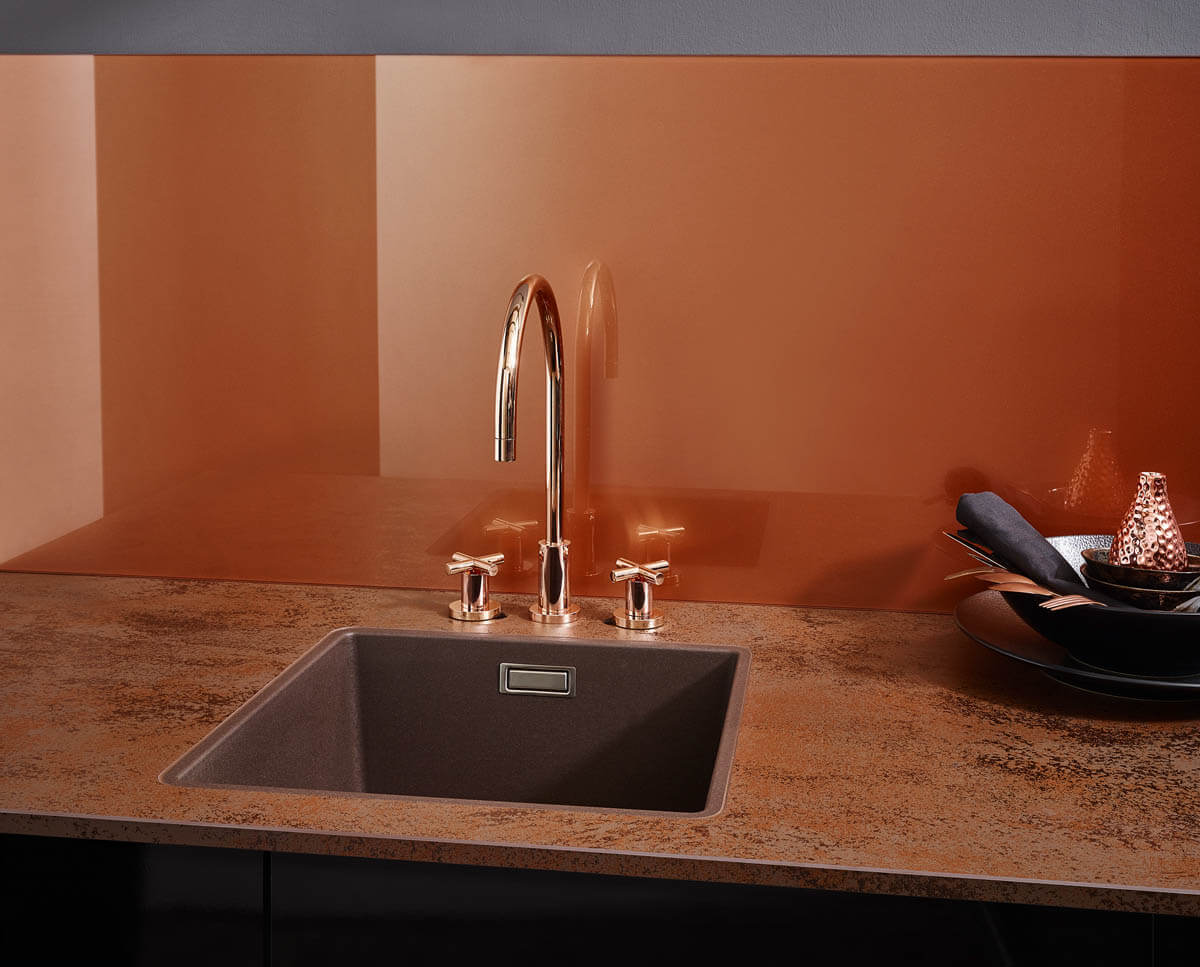 Keramik Küchenarbeitsplatte in wunderbaren, rötlichen Erdtönen (Magia mora) und einer passenden Küchenrückwand. Foto: © Lechner