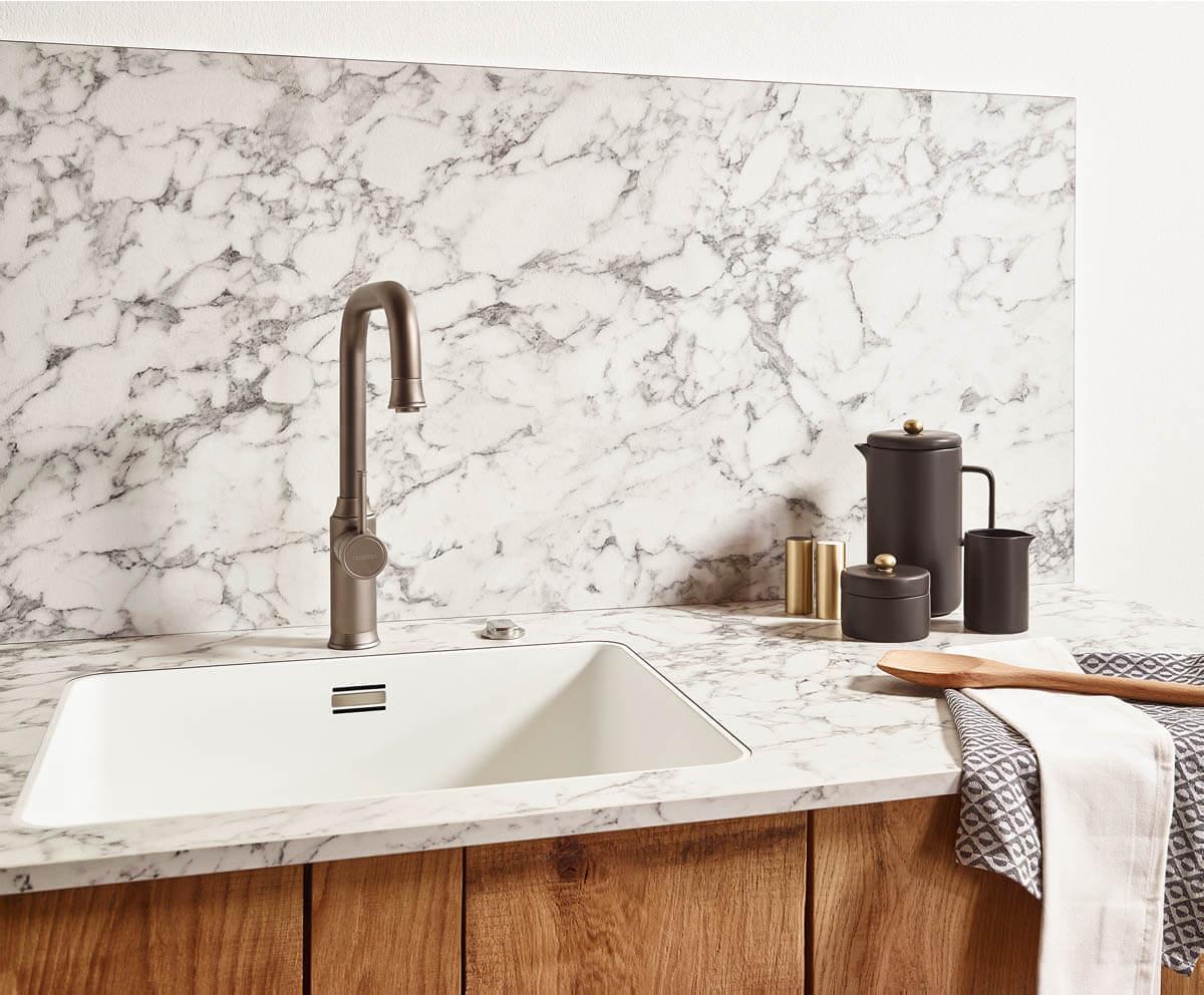 Grau-Weiße Küchenarbeitsplatte aus Laminat in Marmor-Optik. Foto: © Lechner