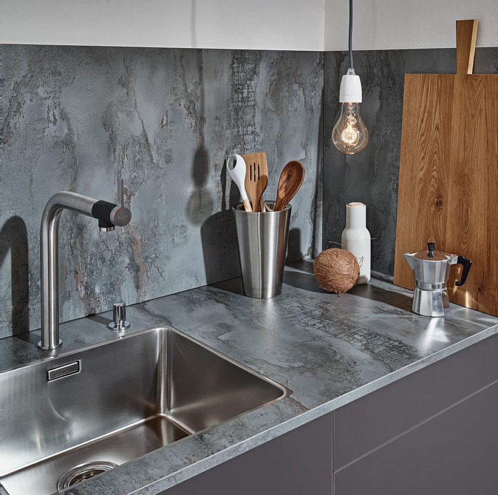 Grau/Silberne Laminat-Arbeitsplatte in Steinoptik (Iron Stone). Foto: © Lechner