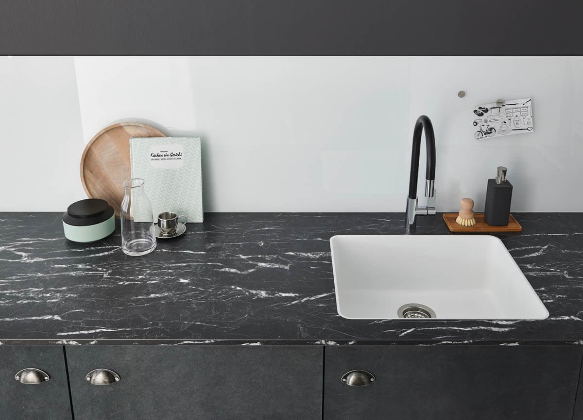 Schwarze Küchenarbeitsplatte aus Laminat in Marmor-Optik (Arezzo). Foto: © Lechner
