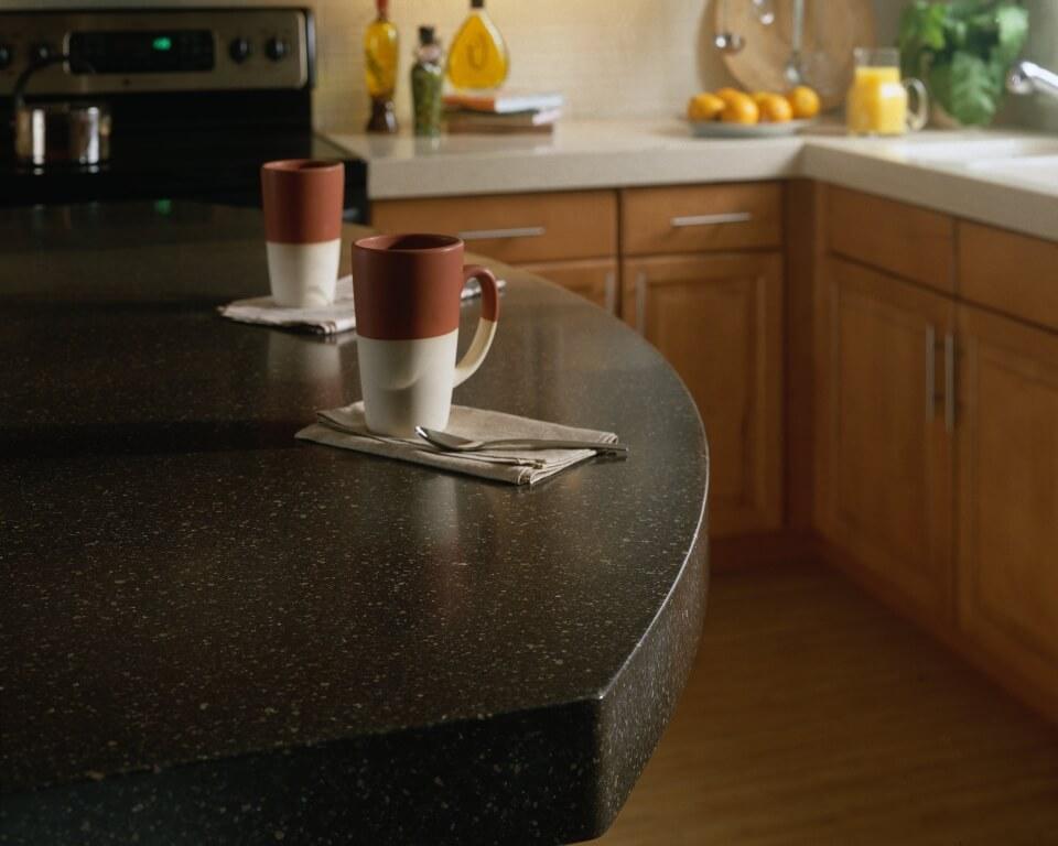 Dicke, runde Arbeitsplatte aus schwarzem Mineralwerkstoff. Foto: Corian