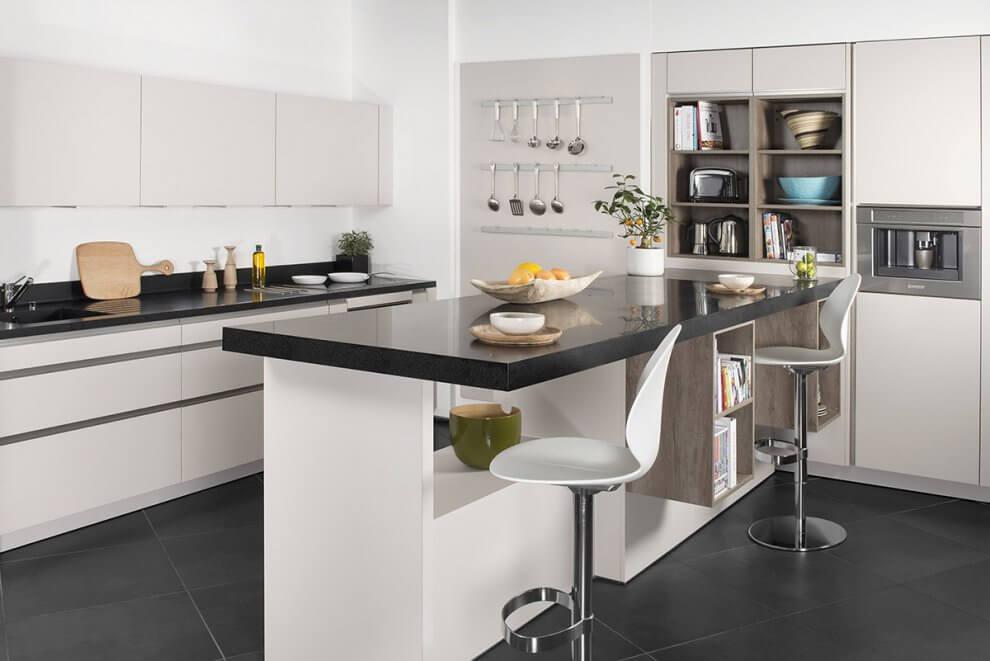 Weiße Küche mit dicker schwarzer Arbeitsplatte aus Mineralwerkstoff. Foto: Corian