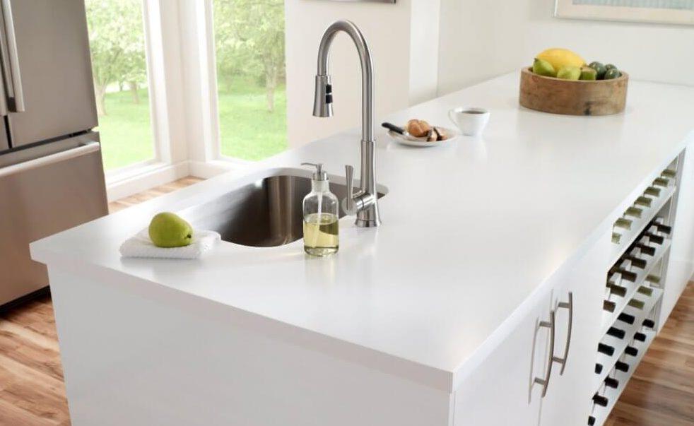 Weiße Kücheninsel mit Arbeitsplatte aus Corian. Foto: Corian