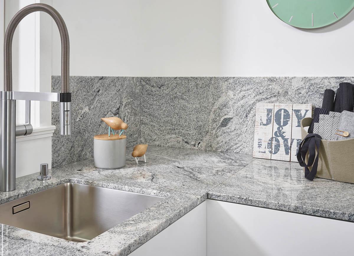 Naturstein Küchenarbeitsplatte in weiß/grau, poliert. Foto: Lechner