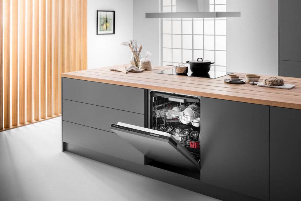 Kücheninsel mit Arbeitsplatte aus Holz und Bauknecht Einbau-Geschirrspüler, Foto: Bauchknecht