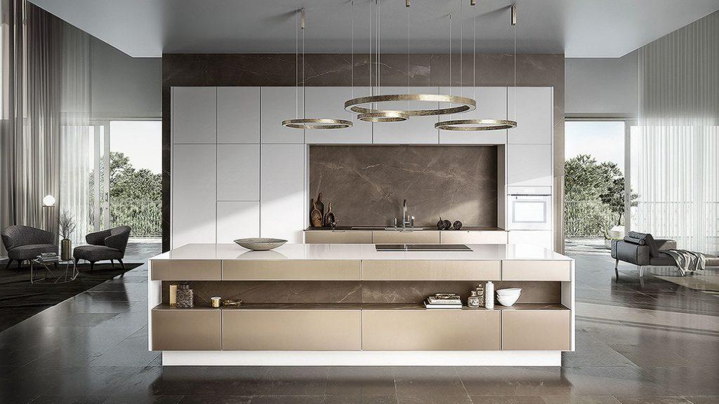 Edle Design-Küche mit hellen Fronten, Sreinarbeitsplatte und Gold-Akzenten