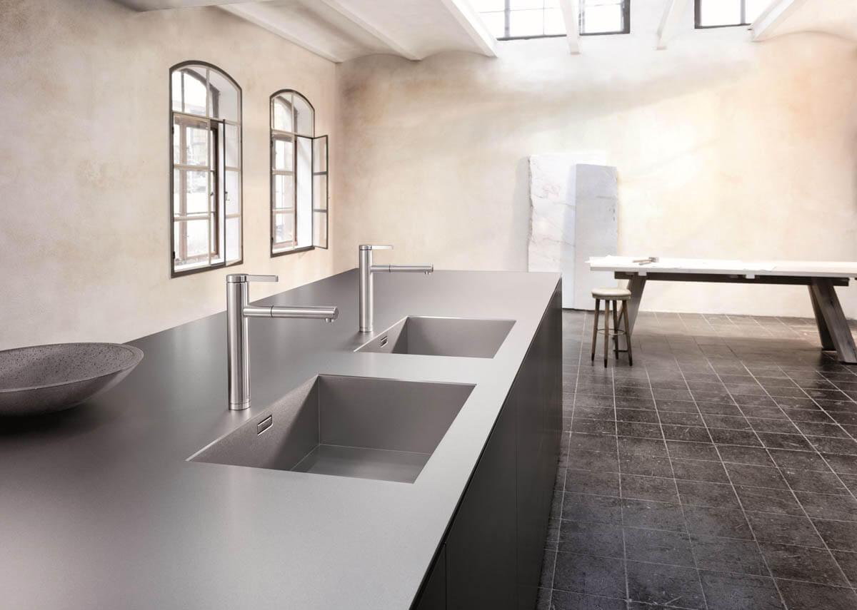 """Küche mit der silbernen Edelstahl-Arbeitsplatte """"Blanco Durinox"""". Foto: Blanco"""