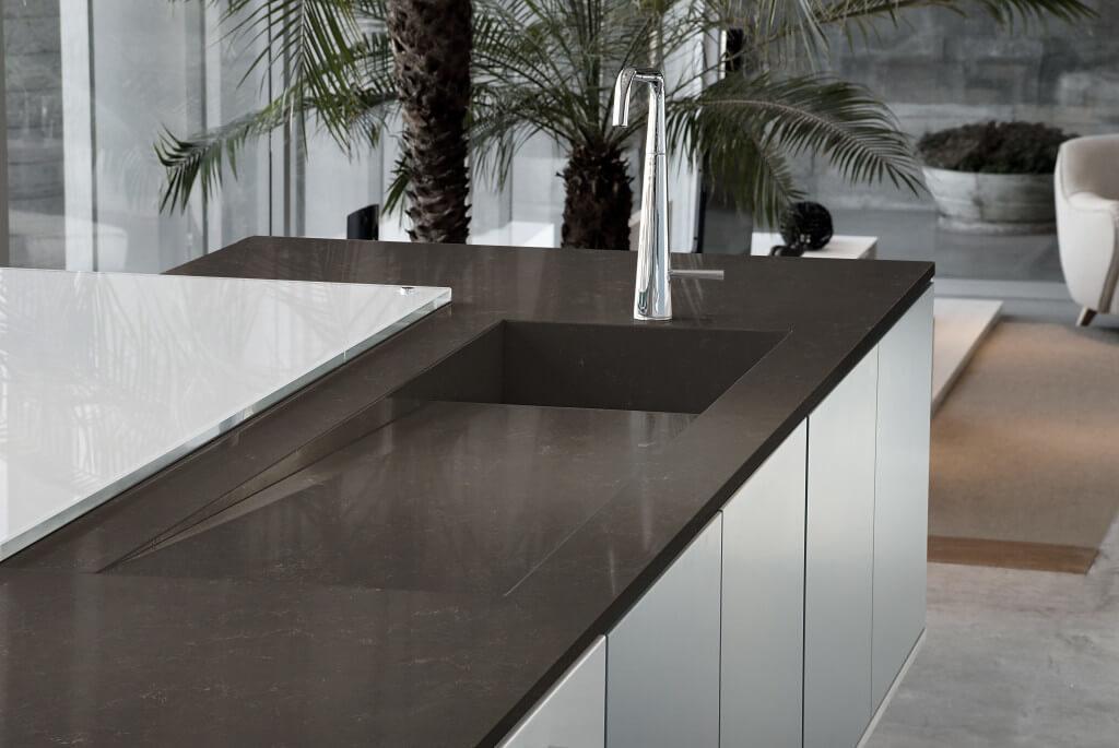 Dunkelbraune Küchenarbeitsplatte aus Kunststein (Quarzkomposit). Foto: Silestone