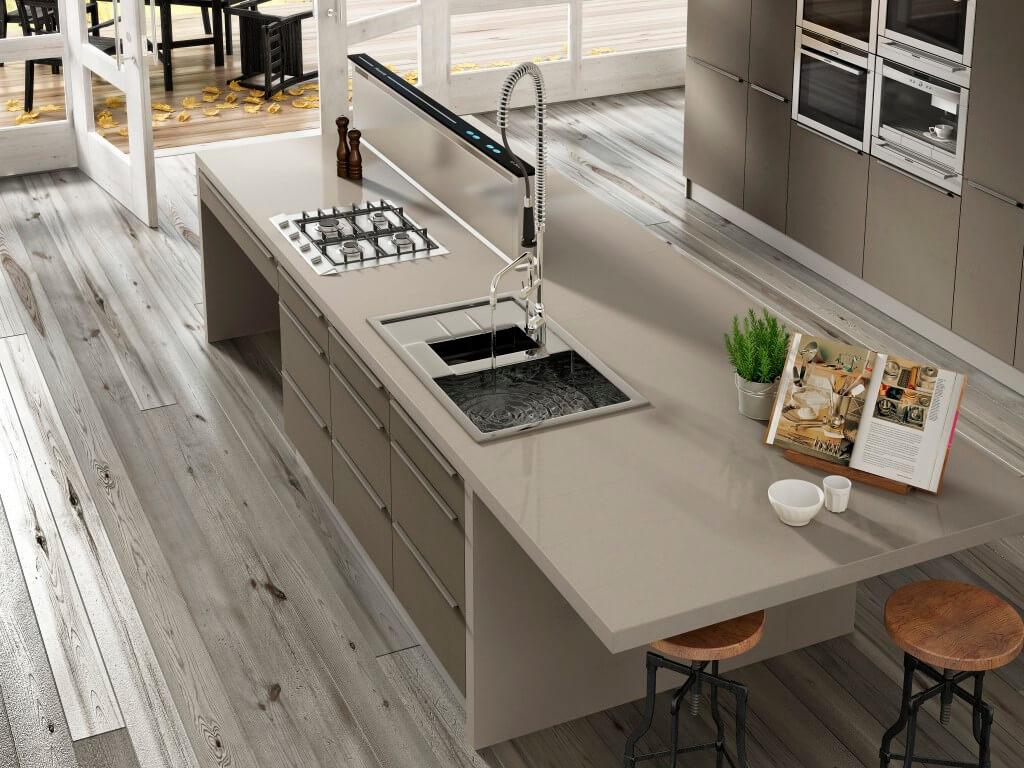 Arbeitsplatte in einem warmen grau (Schlamm-Farben) aus Kunststein (Quarzkomposit). Foto: Silestone