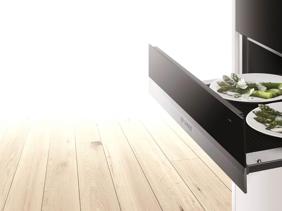 Schmale Wärmeschublade (14 cm) in Edelstahl und schwarzem Glas. Foto: Bosch