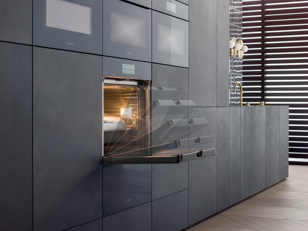 Das grifflose Backrohr mit Touch2open-Mechanismus passt perfekt in jede grifflose Küche. Foto: Miele