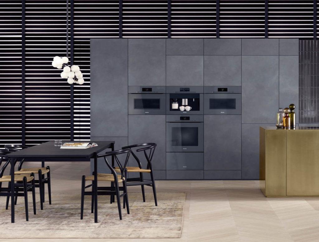 GrifflosenKüchengeräte der ArtLine in Graphitgrau. Backofen mit untergebauter Wärmeschublade, Dampfgarer mit Backofenfunktion, Einbau-Kaffeevollautomaten sowie Backofen mit Mikrowellenfunktion (oben von links). Alle Geräte verfügen über das M Touch-Display. Foto: Miele