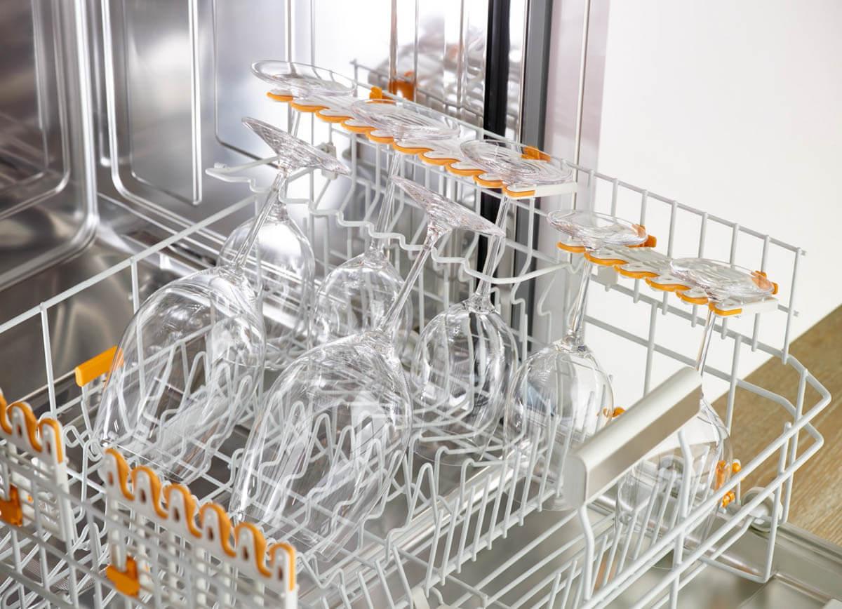Geschirrspüler Korb mit FlexCare-Gläserhalter, genoppten Tassenauflagen und Silikonpolstern. Foto: Miele