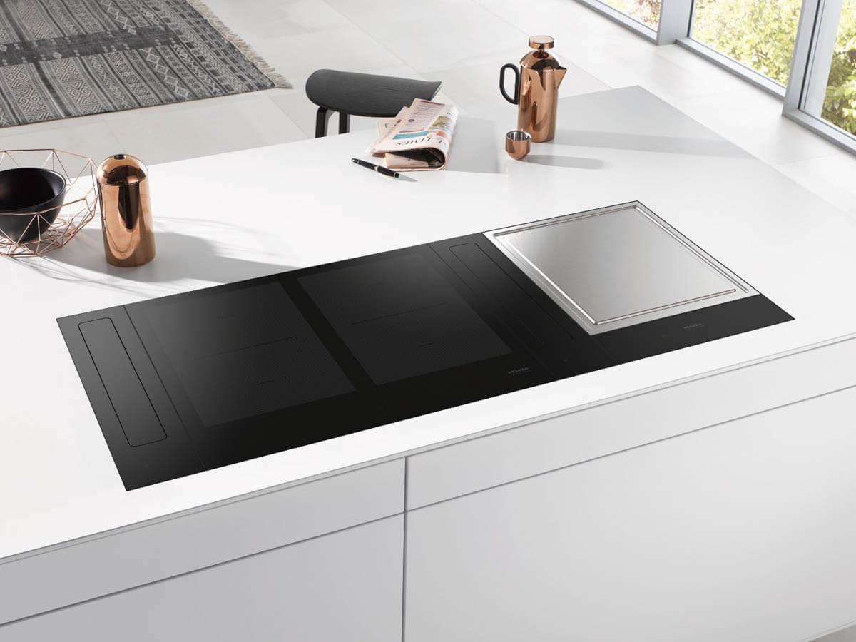 Design-Kochfeld SmartLine: 60 Zentimeter breites PowerFlex- Induktionskochfeld und Teppan Yaki-Edelstahlgrillfläche. Foto: Miele