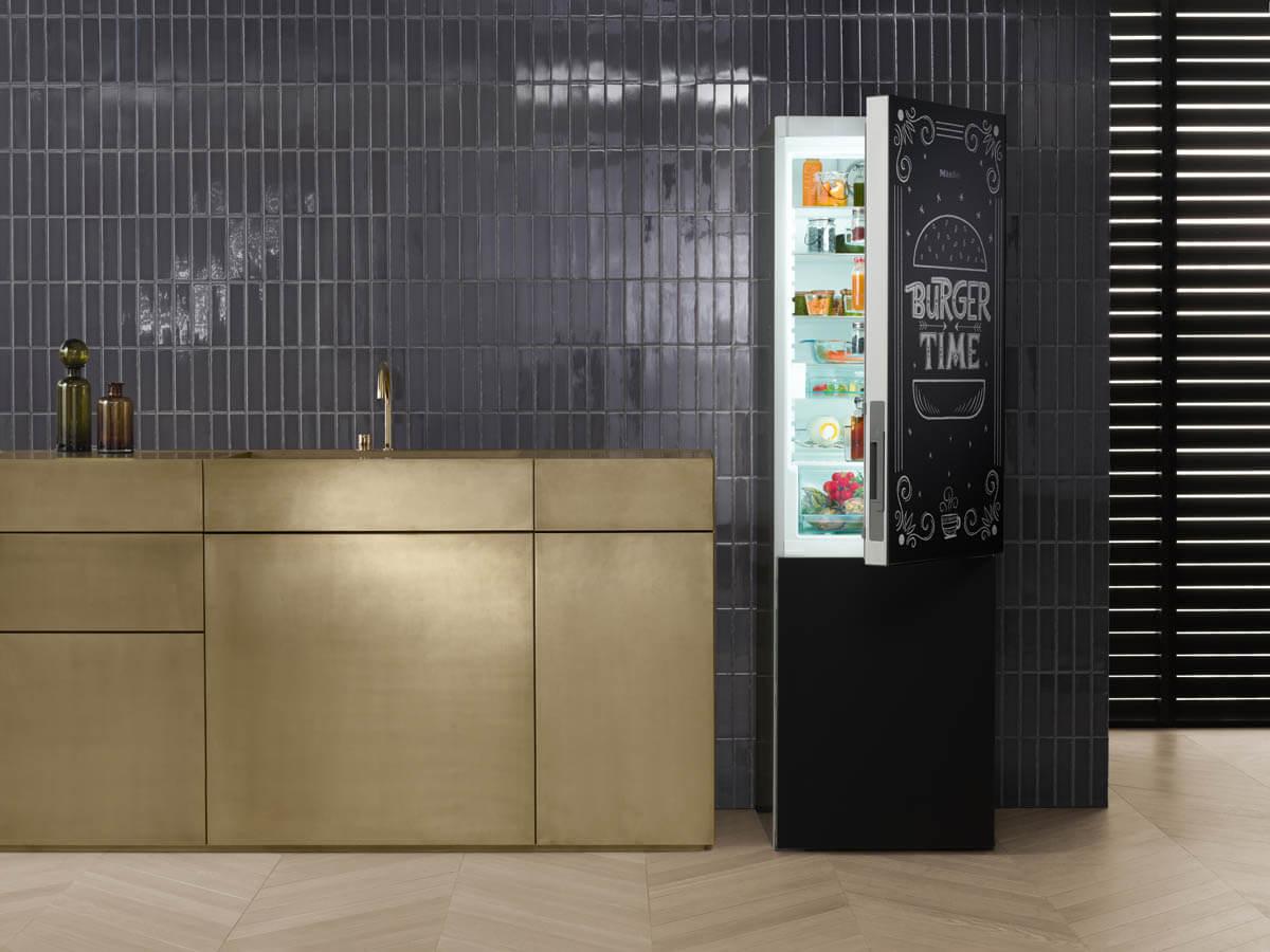 Kühl-Gefrier-Kombination KFN 29233 D - Blackboard edition hat eine beschreibbare Front. Foto: Miele