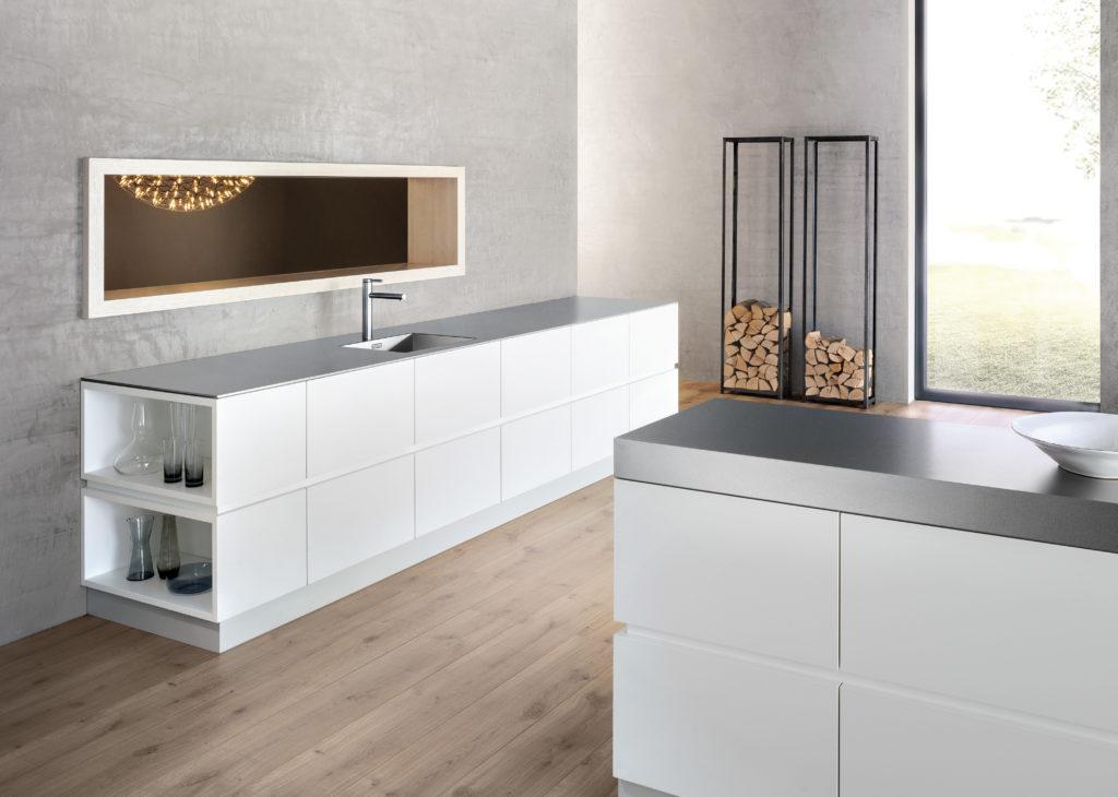 Moderne Küche mit Arbeitsplatte und Spülbecken aus einem Guss; Foto: Blanco