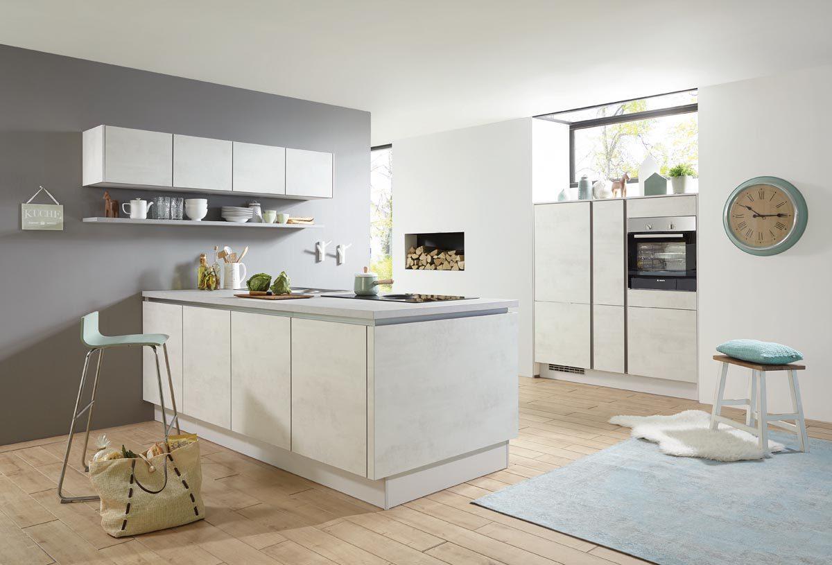 Küche in Weißbeton Nachbildung mit Kücheninsel und grifflosen Fronten; Foto: nobilia