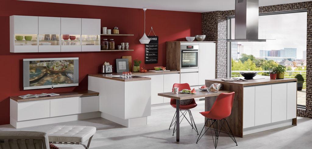 Weiße grifflose Küche mit Arbeitsplatte aus Holz; Foto: Nobilia