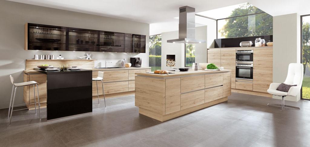 Riva Küche mit grifflosen Fronten in Holz-Dekor und großer Kochinsel; Foto: Nobilia
