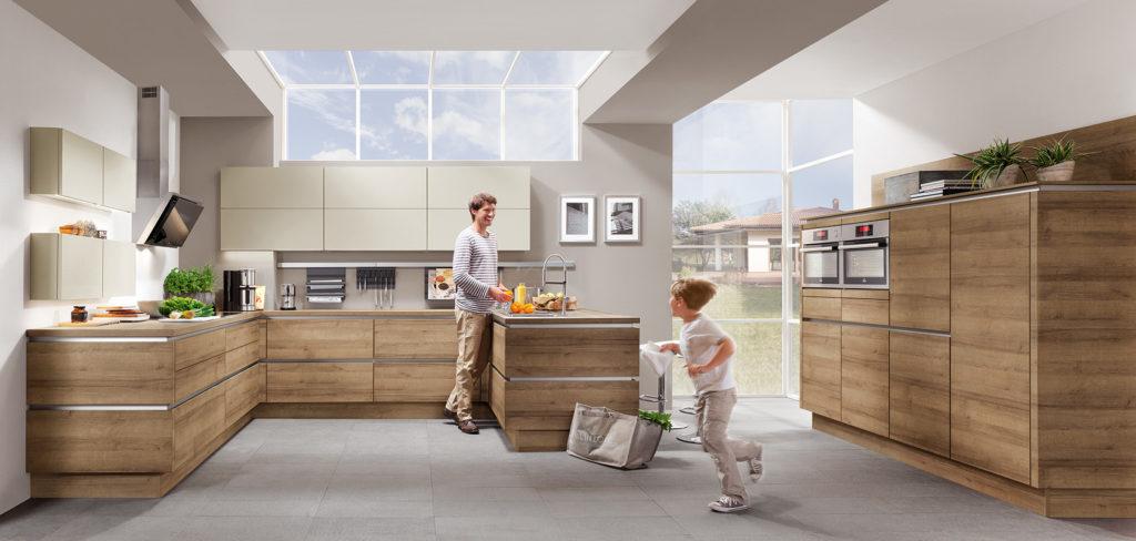 Holz Küche ohne Griffe in U-Form und Hochschränken in Magnolia; Foto: Nobilia