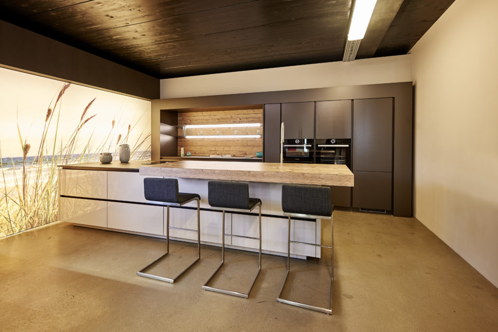 DAN Küche mit Insel und Tresen aus Holz; Foto: DAN Küchen