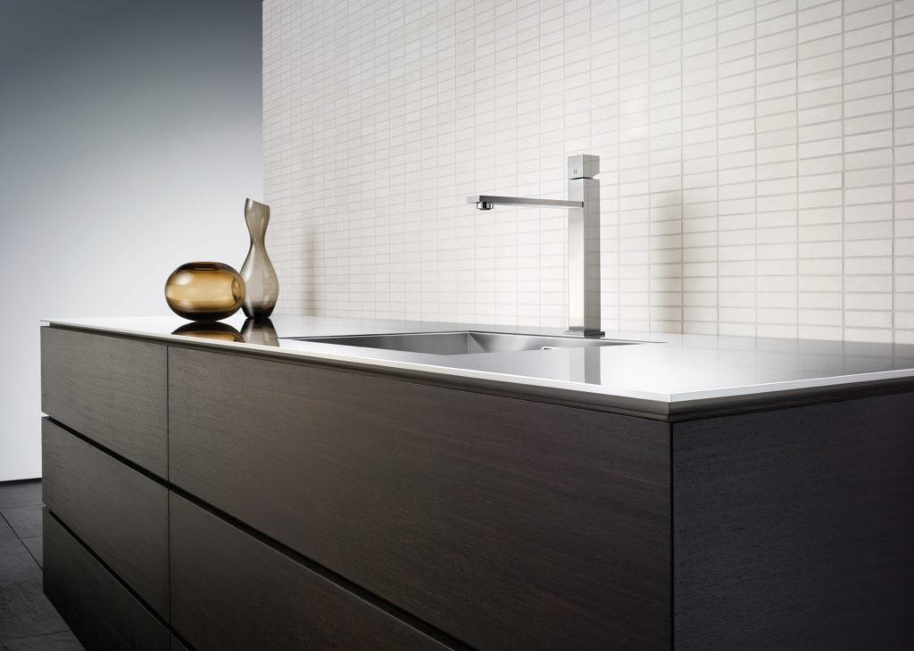 Küche mit Spüle und Armatur aus Edelstahl; Foto: Blanco