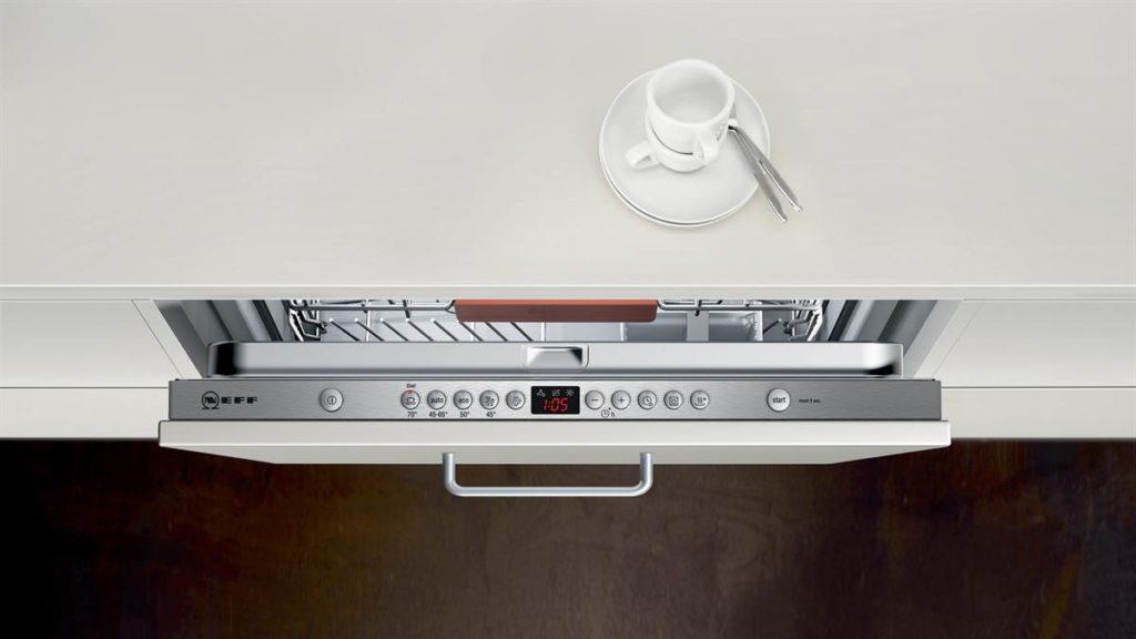 Spülmaschine mit Bedienelemente in der inneren Oberkante des Gerätes; Foto: Neff
