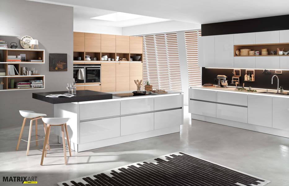 """Diese Küche kombiniert die Nolte Küchen Fronten """"Nova Lack Weiß Hochglanz"""" mit dem Echtholz-Furnier """"Nature Eiche Cognac"""". Foto: Nolte"""