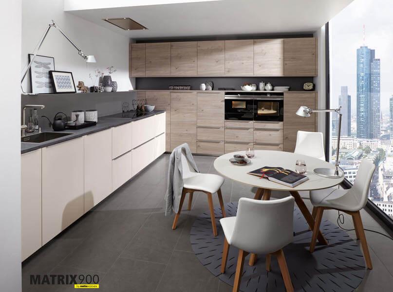 """In dieser zweizeiligen Küche wird die Küchenfront aus Lacklaminat """"Feel Sahara Softmatt"""" mit der Kunststoff-Front in Holznachbildung Eiche (""""Artwood Asteiche Plagin) kombiniert. Foto: Nolte"""