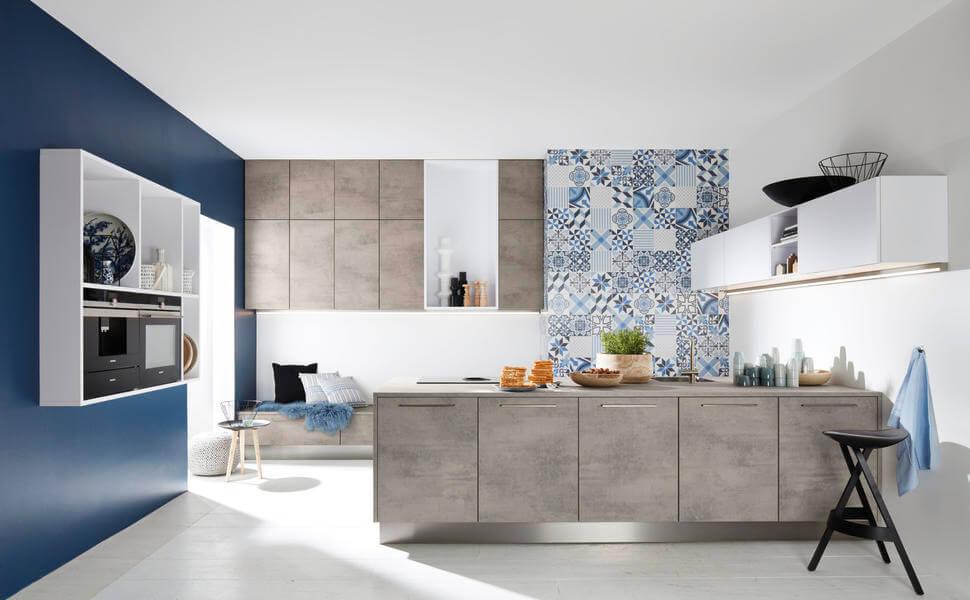 """Eine Küche mit Kochinsel in Betonoptik. Konkret die Nolte-Fronten """"Stone Beton"""" und """"Feel Arcticweiß Softmatt"""". Foto: Nolte"""
