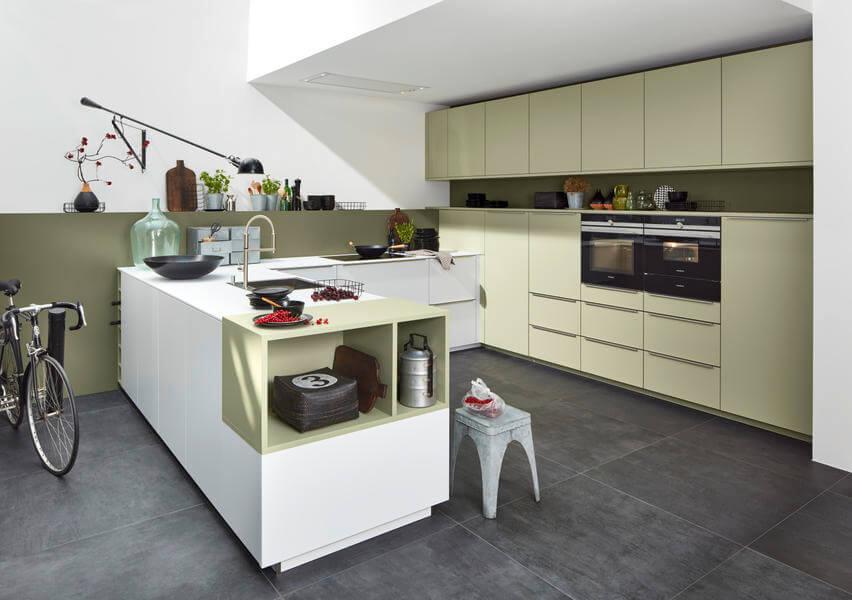 """Herrlich helle Pastelltöne findet man in dieser Küche mit Soft Lack Fronten in zwei Farben: """"Avocado Softmatt"""" und """"Arcticweiß Softmatt"""". Foto: Nolte"""