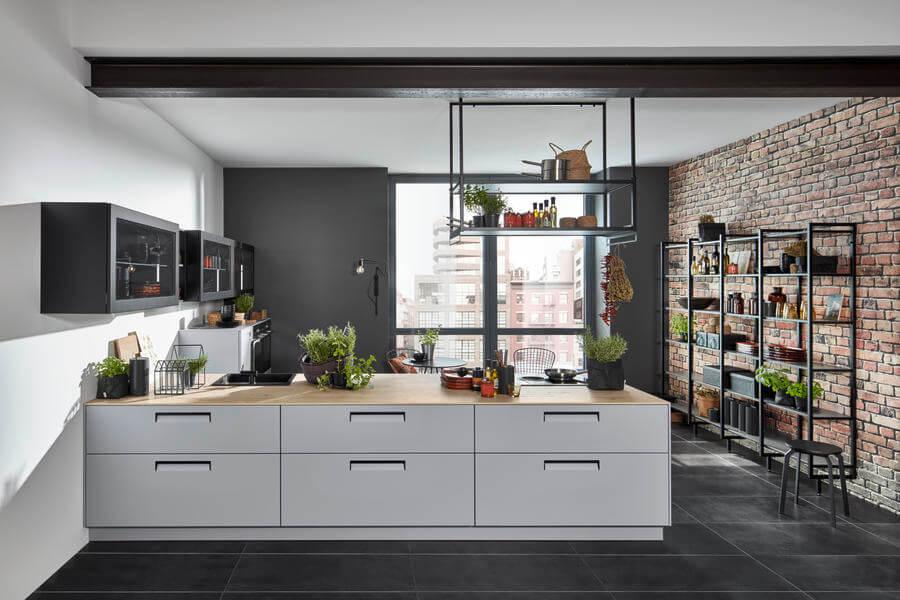 """Küche mit Arbeitsplatte in Holzoptik und der Front """"Integra Papyrusgrau"""". Foto: Nolte"""