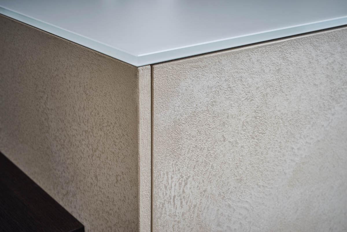 Grifflose Küche in hell-beige mit Beton-Fronten in creme Farben (Leicht Topos Stone) und heller Arbeitsplatte. Foto: Leicht