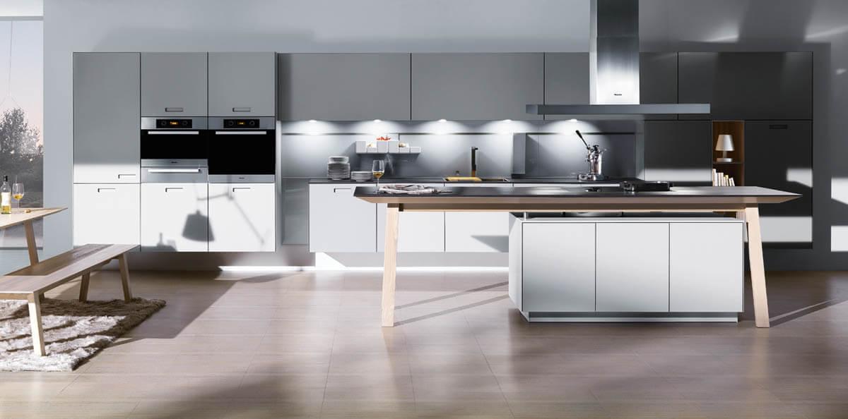 Hellgraue, einzeilige Küche mit einer außergewöhnlichen Kochinsel von Next125. Foto: Next125