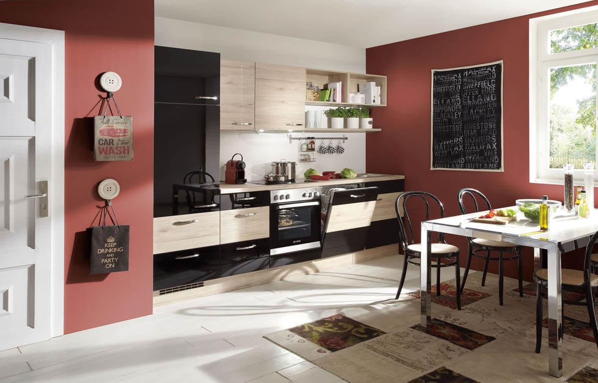 Einzeilige Küche mit einer Kombination aus schwarzen Fronten und Holzelementen. Foto: Nobilia