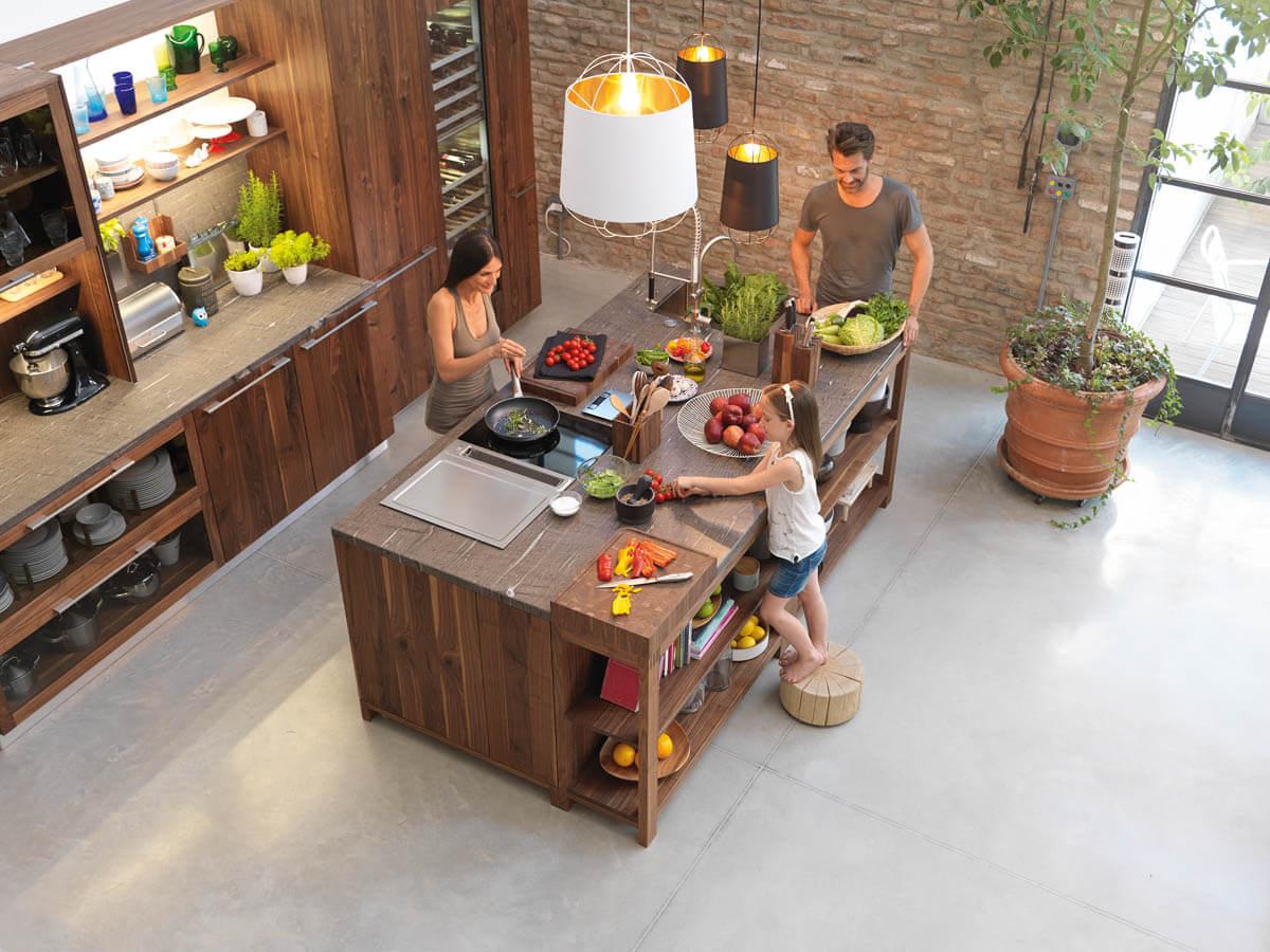 Holzküche mit großer Kochinsel aus Holz. Foto: Team 7