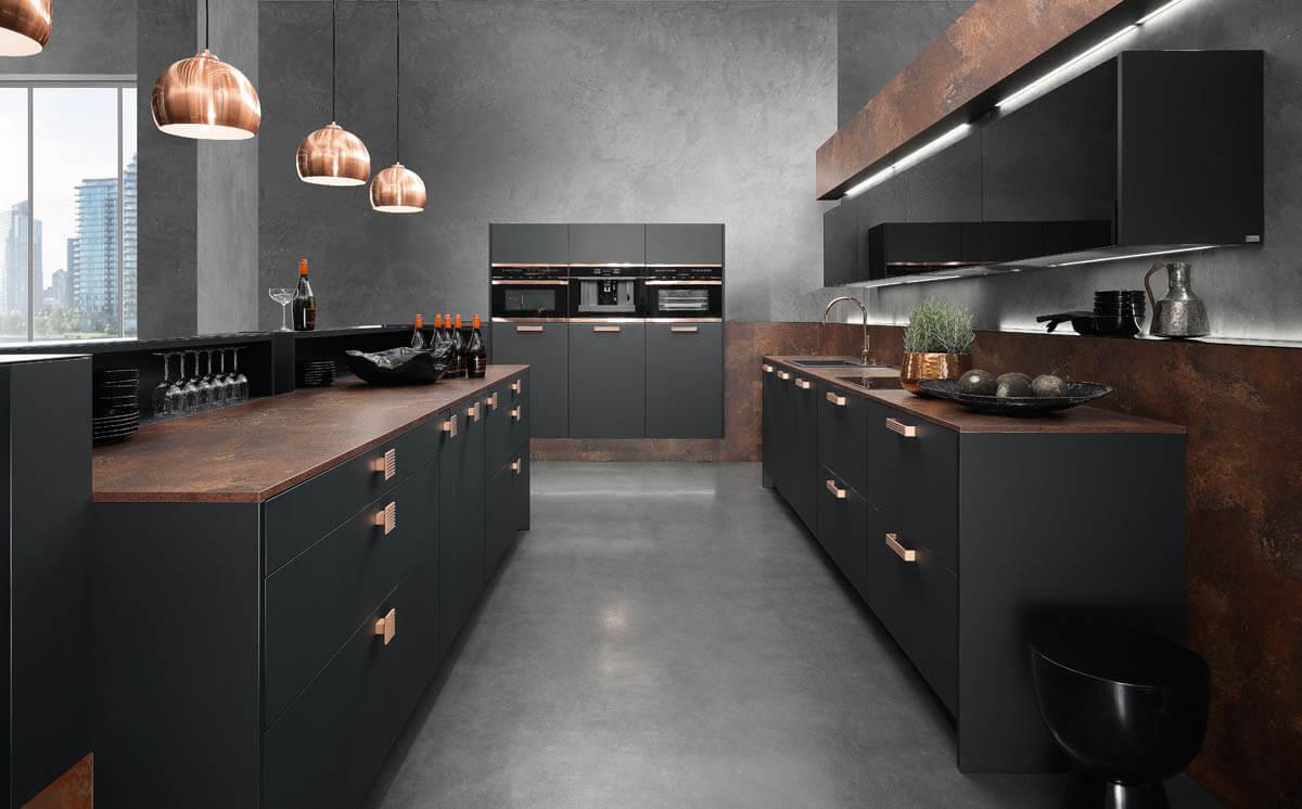 Schwarze Inselküche mit Kupferlampen von Rational. Foto: Rational