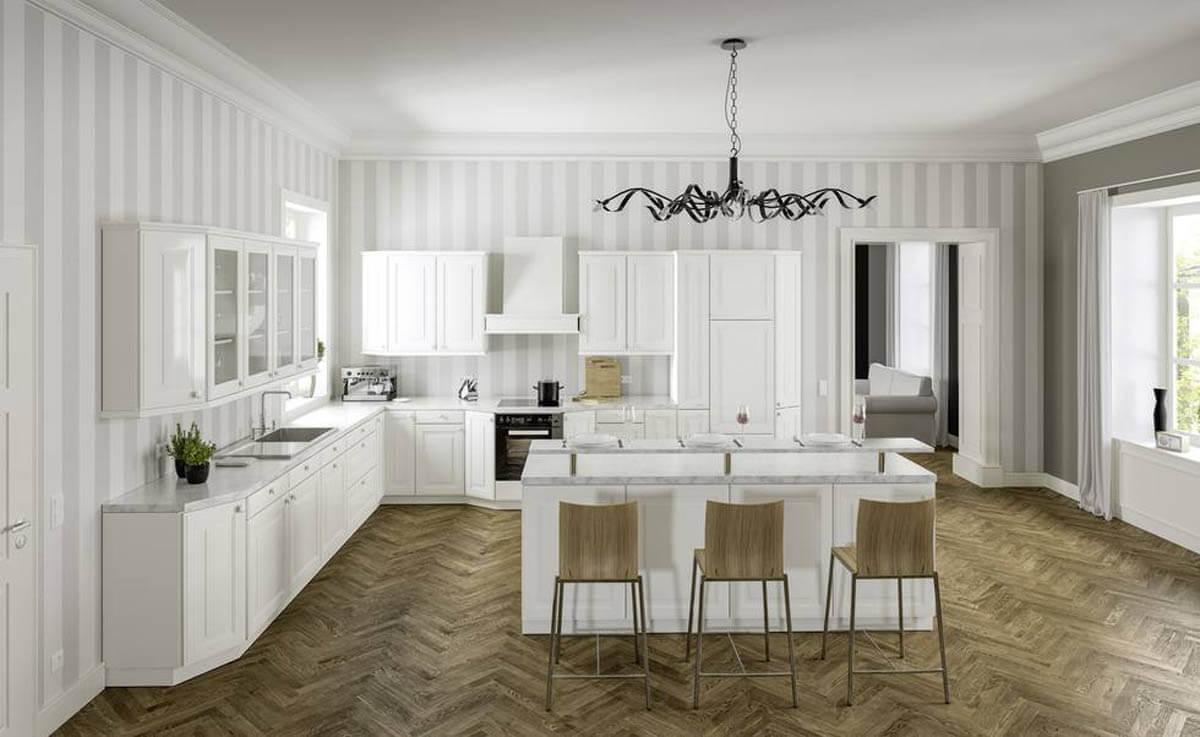 Schöne Landhausküche in L-Form mit Kochinsel. Die weißen Küchenfronten werden mit einer Marmor-Arbeitsplatte kombiniert. Foto: Allmilmö