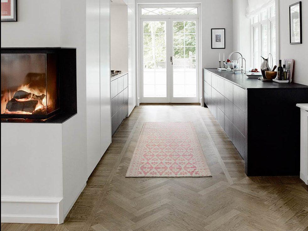 Schwarze, zweizeilige Küche in einer Nische von Multiform. Foto: Multiform