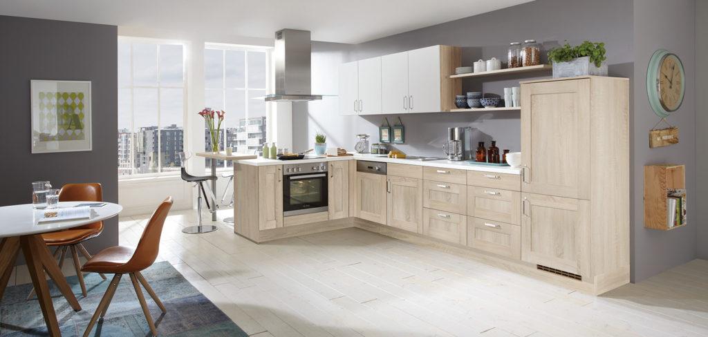 Holz Küche in L-Form mit Rahmenfronten im Landhaus-Stil Eiche gebürstet und Griffen; Foto: Nobilia