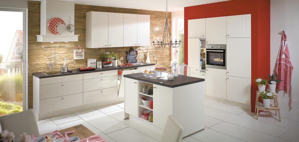 Landhaus-Küche mit gestreiften Fronten in Magnolia, einer kleinen Kochinsel und einer Arbeitsplatte in Stein-Optik; Foto: Nobilia