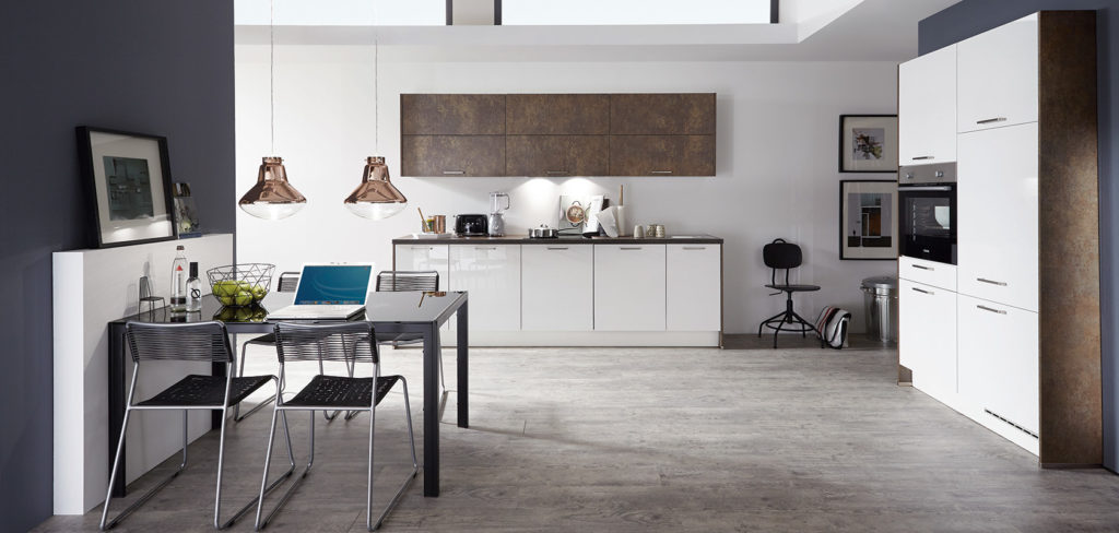 Moderne Küche mit weißen Fronten sowie Arbeitsplatte und Oberschränken in rostigem Metall; Foto: Nobilia