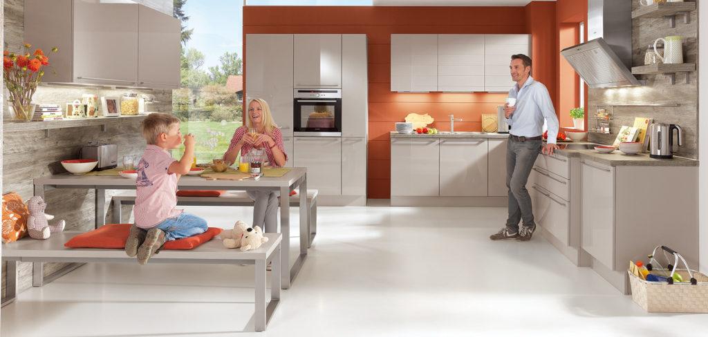 Große Wohnküche mit glänzenden Fronten in Grau und filigranen Edelstahl Griffen; Foto: Nobilia