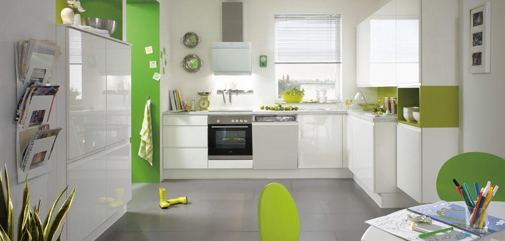 Weiße Küche mit glänzenden Fronten in L-Form sowie mit passendem Hochschrank und weißer Arbeitsplatte; Foto: Nobilia