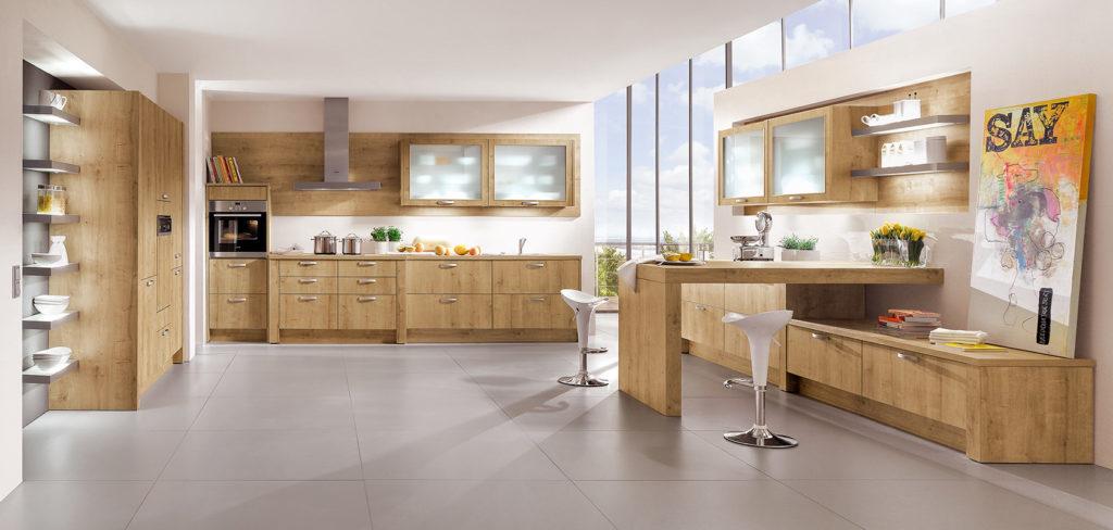 Küche in Holz Dekor mit Griffen, Oberschränken, einem Hochschrank und Barthek; Foto: Nobilia