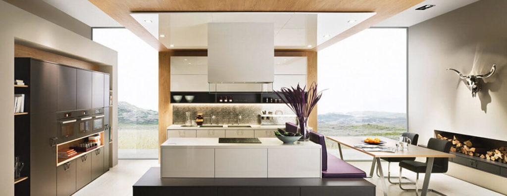 Moderne Wohnküche mit Sitzbank und Insel von Scala; Foto: Scala