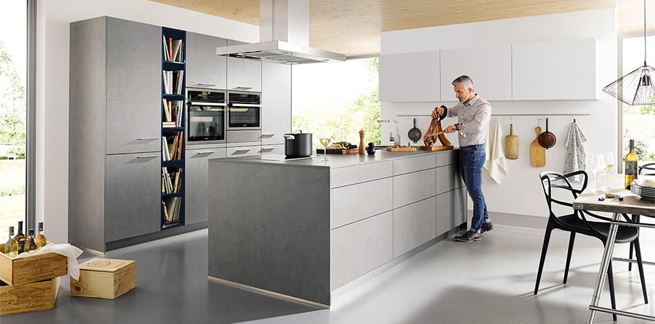 """Günstige Beton Küche """"Elba Beton"""" aus Kunststoff (Preisgruppe 1). Foto: Schüller Küchen"""
