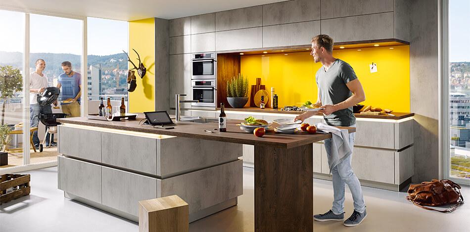 Günstige Schüller Küche der Preisgruppe 1 mit Elba Fronten in Beton-Optik (quarzgrau) aus Kunststoff. Foto: Schüller Küchen